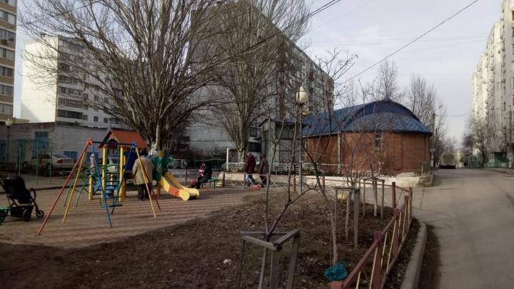 Храм или детская площадка: в Ростове жители многоэтажки борются против постройки церкви у их дома