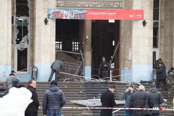 Не поврежденным от страшного взрыва остался только плакат: «С Новым 2014 годом»