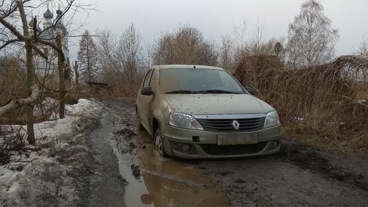 «Пришлось бросить машину»: ярославна с больным сыном застряла в грязи на дороге по пути в больницу