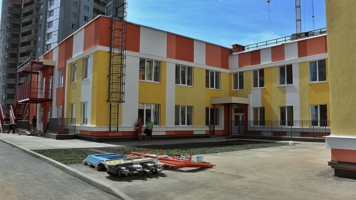 «Убираем пятна воды с потолка»: новый детский сад в Волгаре откроют в октябре