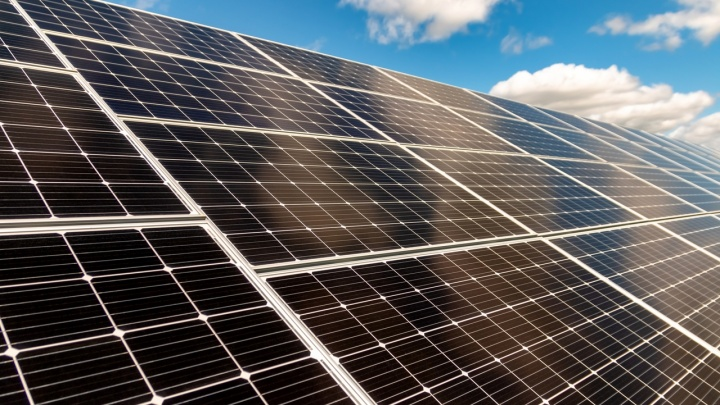 Лайфхак для дачников: как поставить на участке солнечные батареи и заработать на них