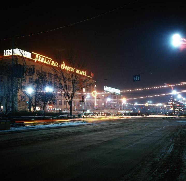 Это же здание в цветном варианте с новогодней подсветкой. Интересно, почему сейчас не делают такие гирлянды?