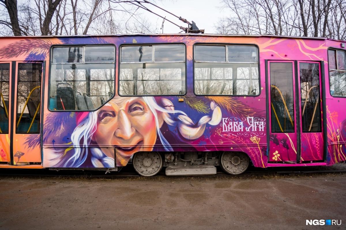 Этот трамвай называют «Легендой №13» за то, что номер маршрута полностью оправдывает его судьбу. Сейчас на нем катаются сказочные персонажи
