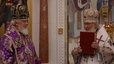 «Итак, за вами 30 новых храмов»: патриарх Кирилл подарил владыке Сергию 30 евангелий