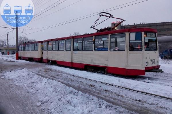 Один трамвай будет довозить рабочих до аварийного моста, второй — встречать за мостом