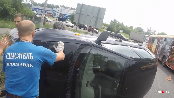 «Они просили помочь»: в Ярославле сняли на видео спасение людей из перевернувшейся «Лады»