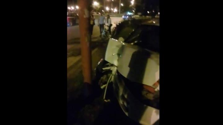 В Стерлитамаке иномарка «обняла» столб: стритрейсеры угодили ночью в ДТП