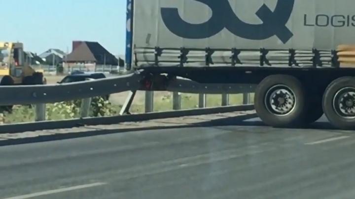 «Всё, Олег, приехали!»: на мосту через Ахтубу фура зацепилась за отбойник и перекрыла движение