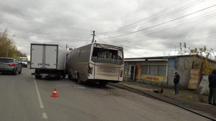 В Омске автобус столкнулся с грузовой «Газелью»