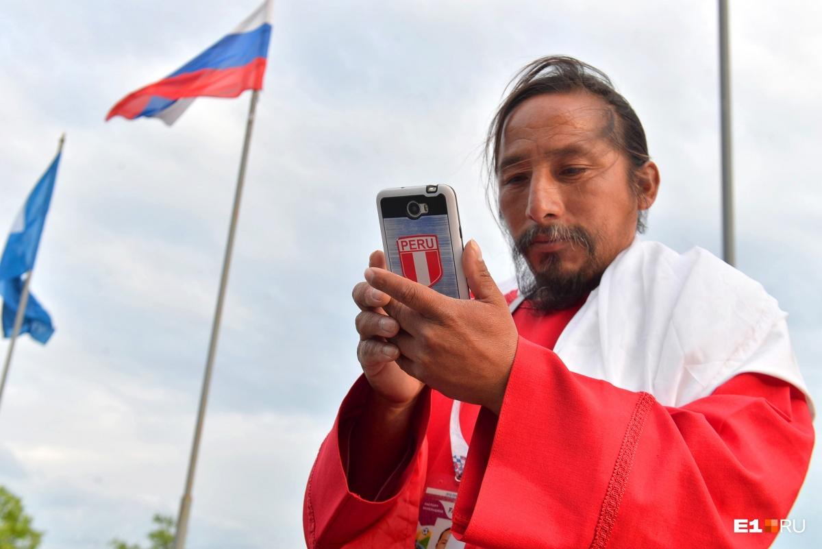 На билеты скинулись всей страной: в Екатеринбург приехал самый известный и бедный фанат из Перу