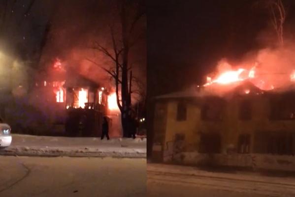 Огонь распространился на большой площади