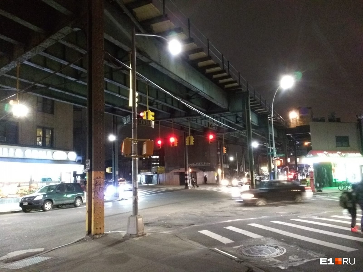 «Rock street в Бруклине примечательна тем, что помимо крутого названия там больше ничего нет. Ее продолжительность 50 метров. В основном, на этой улице расположены складские помещения», — рассказывает Алексей