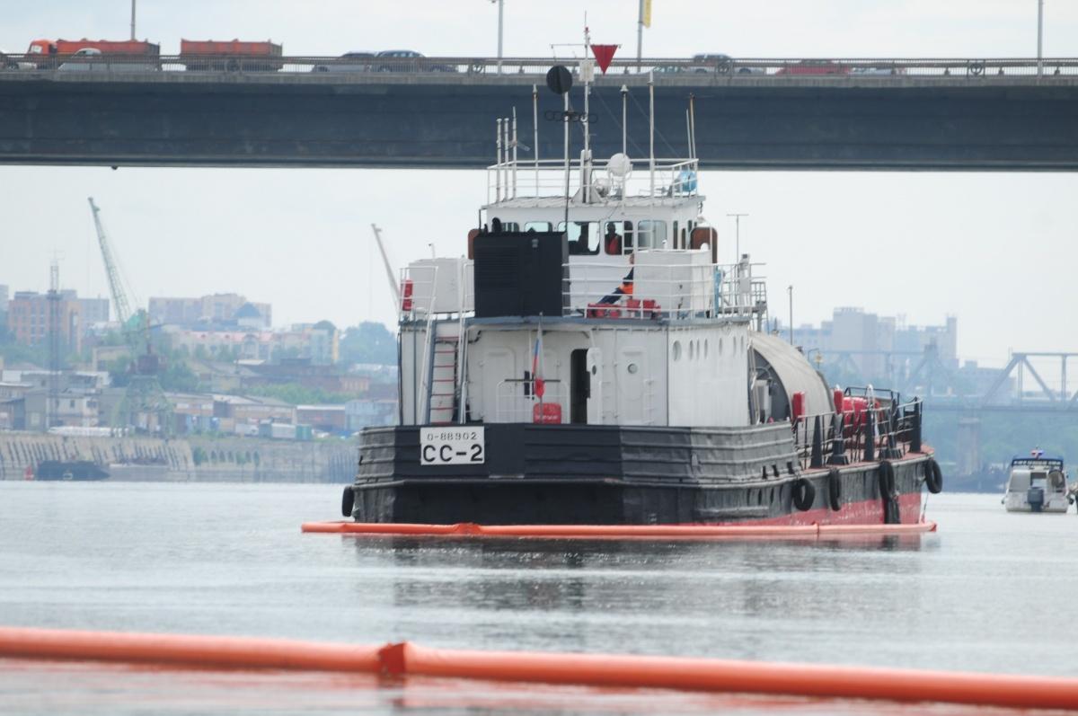 По легенде, на танкере с нефтепродуктами произошла течь