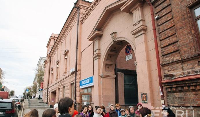 Старый Дом культуры с шикарными люстрами в центре Екатеринбурга выставили на продажу