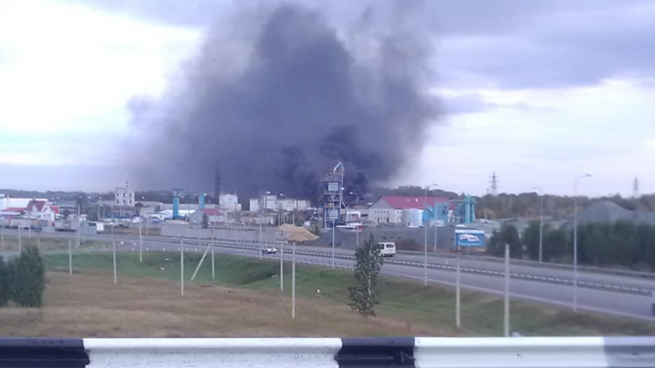 «Пролетели несколько пожарных машин»: у нефтебазы на окраине Челябинска загорелись два бензовоза