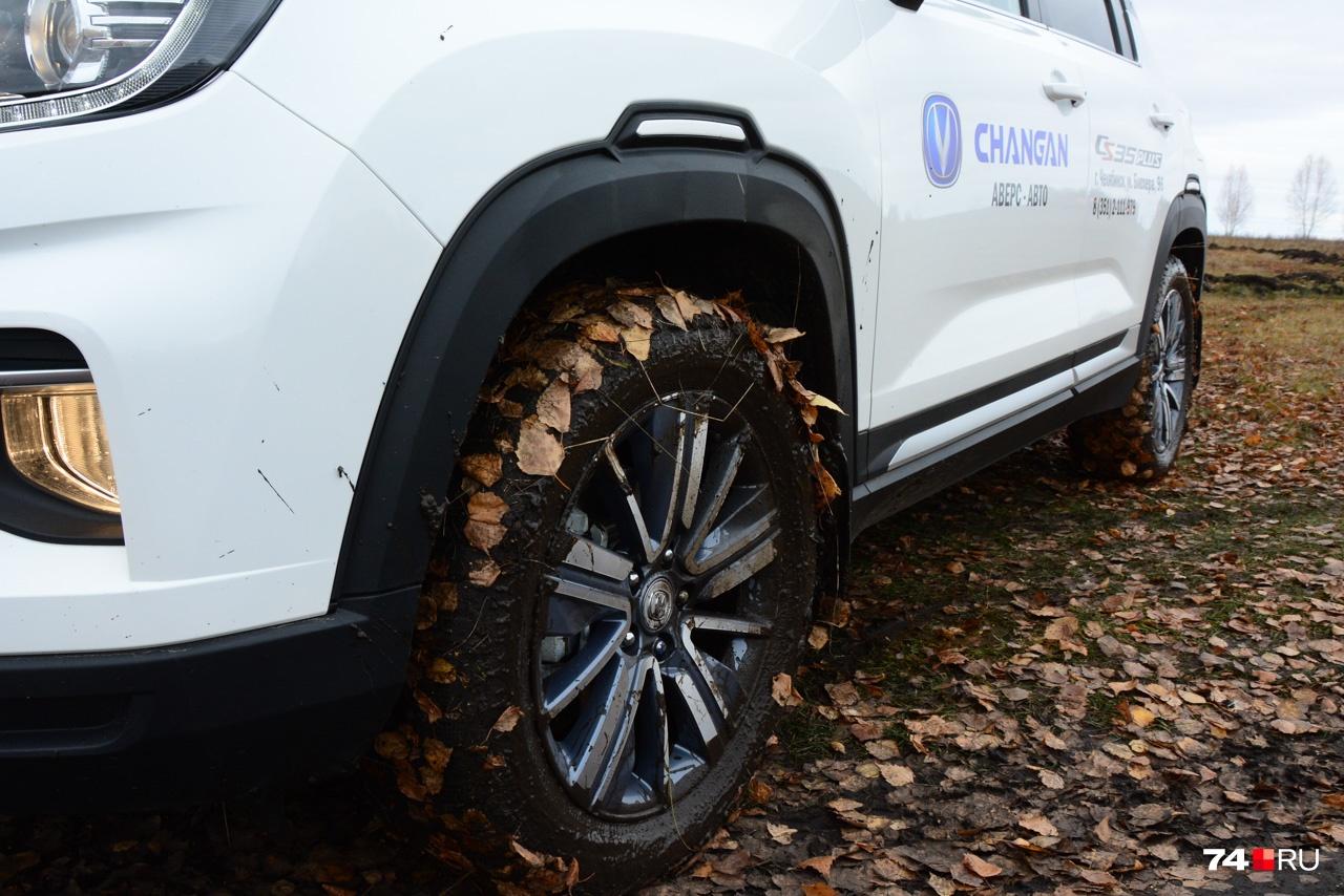 Вот почему он едва не застрял: зимние шины покрылись грязью и скользкой листвой