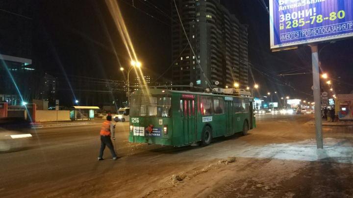На улице Кирова из-за обрыва проводов встали троллейбусы