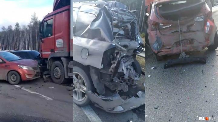 «Водитель уснул»: подробности массовой аварии на ЕКАД, где фура протаранила Jeep и пострадали трое