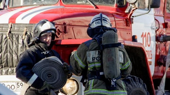Выносил людей на руках: в Прикамье мужчина спас из горящего дома пятерых человек