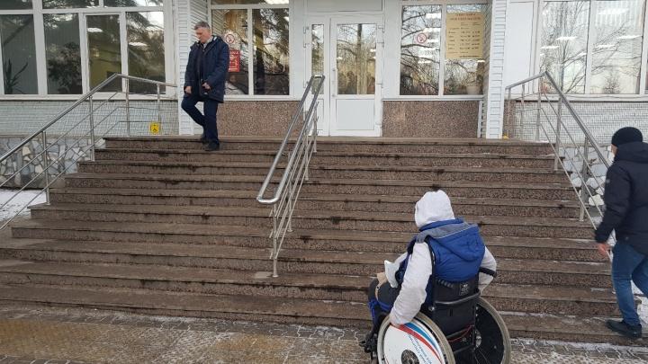 Инвалид-колясочник из Уфы три года не может зайти в здание ГИБДД
