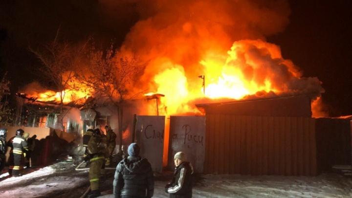 Два частных дома уничтожены огнем в Кургане за одну ночь, пострадал 19-летний житель