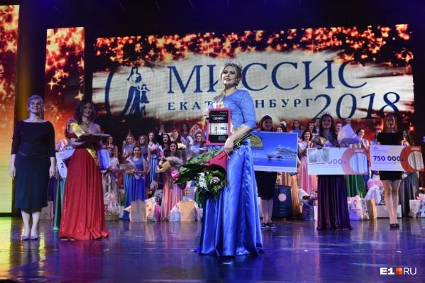 """В прошлом году победительнице конкурса достались в подарок&nbsp;<a href=""""https://www.e1.ru/news/spool/news_id-65343601.html"""" target=""""_blank"""" class=""""_"""">тур на Средиземное море, шуба и 300 тысяч на шопинг</a><br>"""