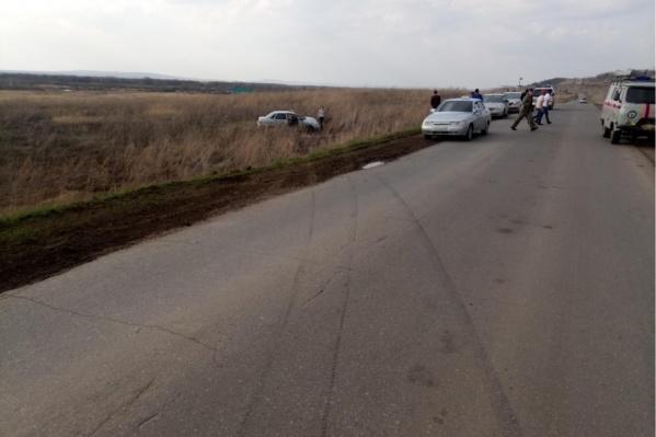 Машина перелетела встречную полосу и выскочила с дороги в поле