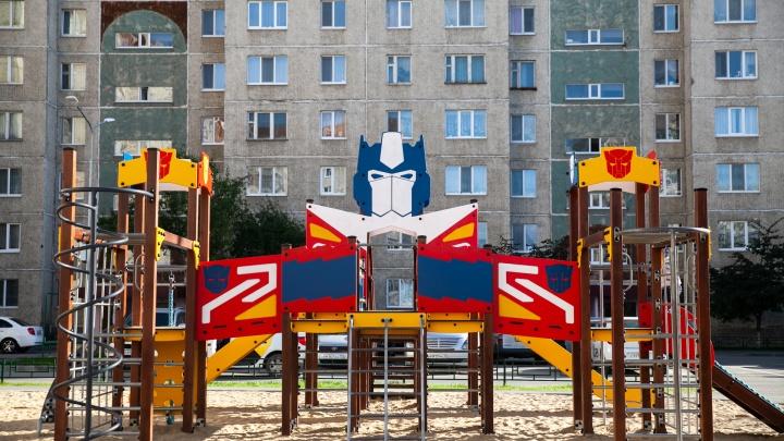 Исследуем 10 крутых детских площадок в тюменских дворах: тут есть космолеты, жирафы и мини-светофор
