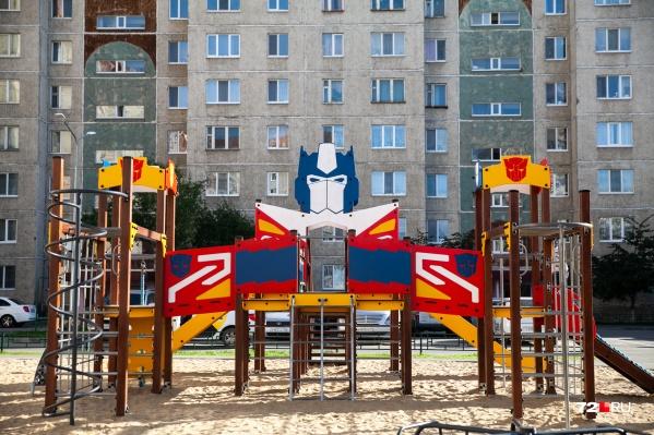 На такой супергеройской площадке на Лесобазе и мы бы с удовольствием играли. Но не по возрасту уже, увы...