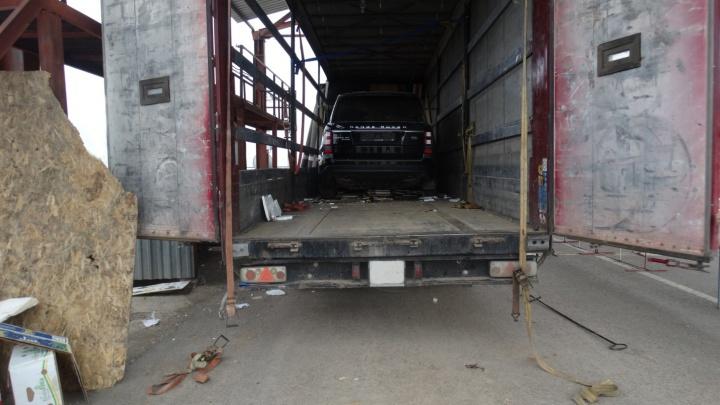 Под Волгоградом пограничники нашли Range Rover в коробках из под бананов
