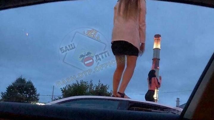 «У нас нет прав, рот закрой!»: в Уфе девушки станцевали на крыше машины и спасались от ГИБДД