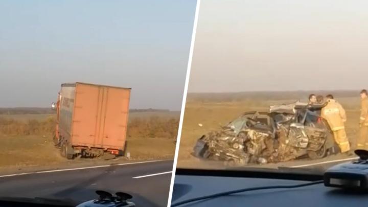 На трассе Ростов — Таганрог автомобиль врезался в грузовик. Есть пострадавшие