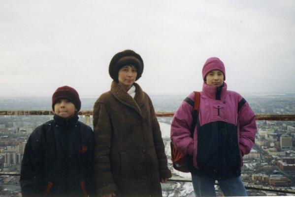 9-летний Слава, 15-летний Ильсур и их мама Рита вместе покорили башню в 1998 году