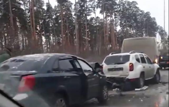 Кольцовский тракт встал в пробку из-за аварии с тремя автомобилями