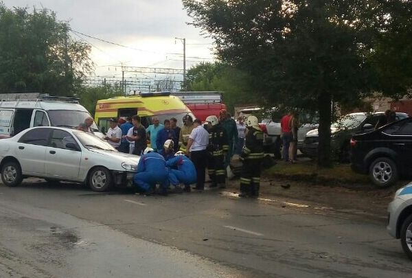 Разлетелись по кустам и ямам: в Сызрани 2 человека пострадали в ДТП с 4 иномарками