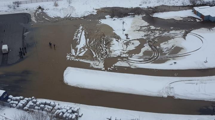 У «Таганского ряда» затопило парковку из-за прорыва трубы с холодной водой