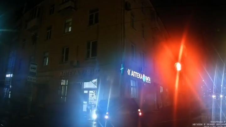 Вынесло в угол дома: появилось видео ДТП на проспекте Толбухина