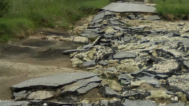 Только на тракторе: единственная дорога в хуторе Волгоградской области превратилась в руины