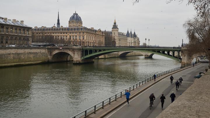 Жил в ночлежках для бомжей, а теперь — ипотека: как экс-студент УрГУ пешком добрался до Европы