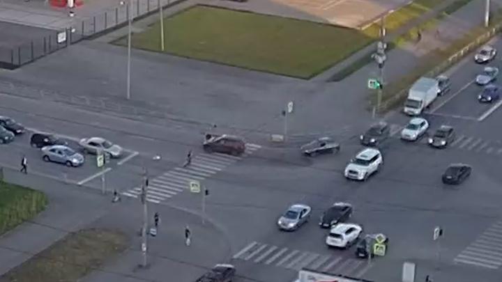 Забыл спешиться: велосипедиста, попавшего под машину на «зебре» в «Парковом», сняли камеры