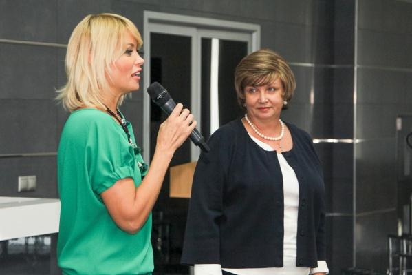 Директор благотворительного фонда «Доброе дело» Анна Татаринцева (слева) ипрезидент Саровбизнесбанка Ирина Алушкина передали многодетным семьям 25 сертификатов.