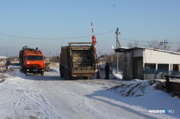 Изначально в мусорный тариф для жителей Омска были включены транспортные расходы. Теперь РЭК доказывает в суде, что при расчётах не нарушила требований законодательства. Мусорный оператор привлечён к участию в процессе как третье лицо