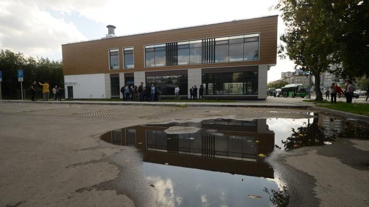 «Здание мешает развитию метро»: как мэрия через суд пытается снести офисник над станцией «Бажовская»