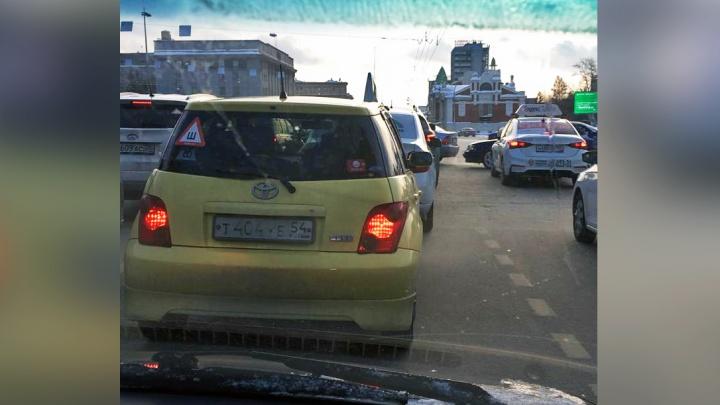 От Калинина до Ленина: машины встали в глухую пробку на Красном проспекте