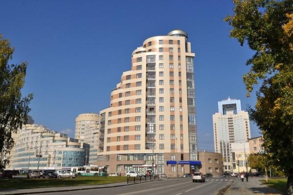 Дом, в котором продают пентхаус. Здесь живет губернатор Евгений Куйвашев и бард Александр Новиков