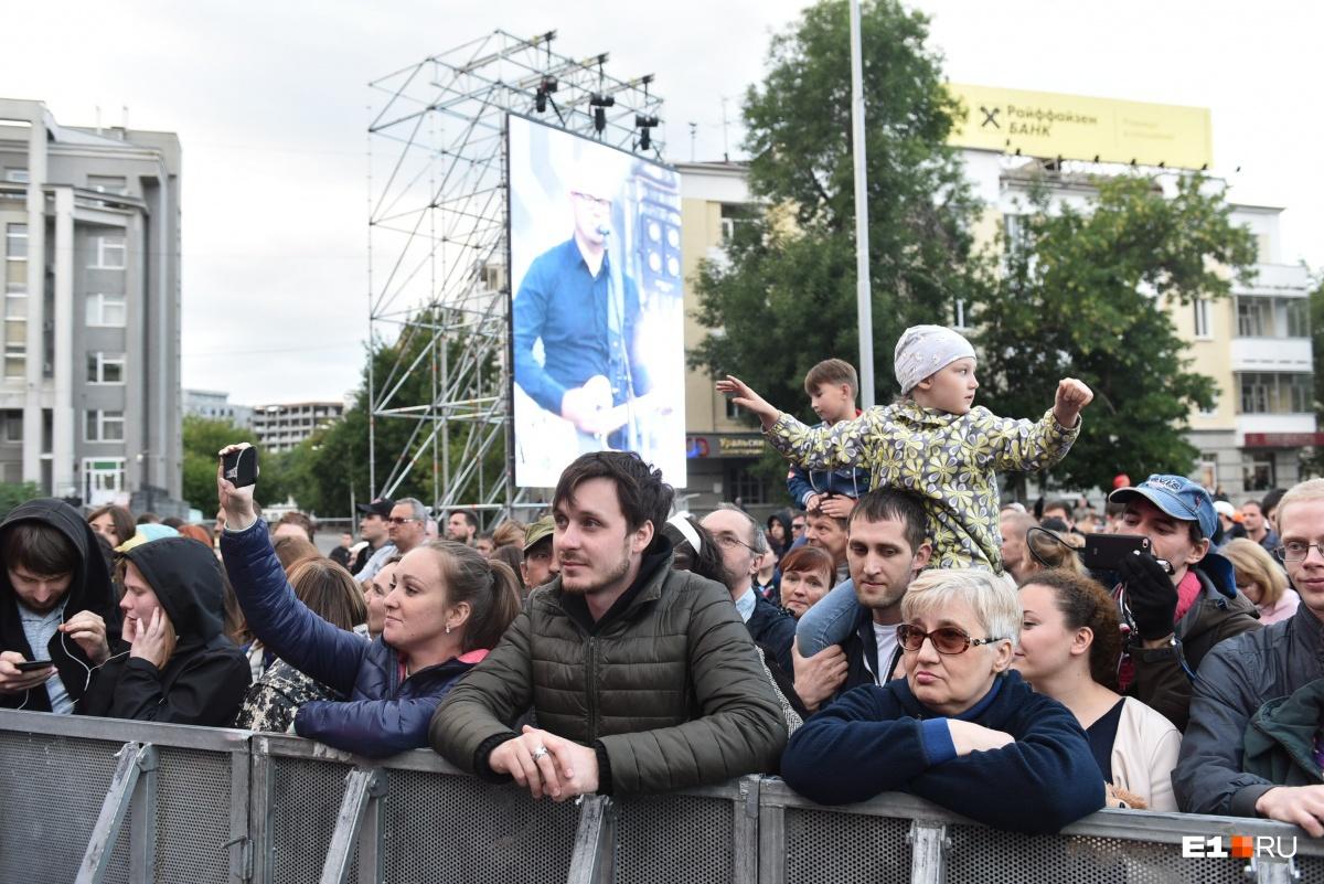 Танцуют, катаются на великах и мокнут под дождём: как екатеринбуржцы проводят День города