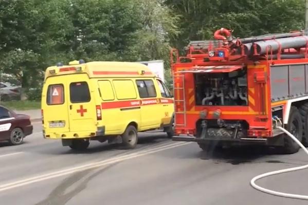 Пожарные выехали на место происшествия и залили водой задымившийся автомобиль
