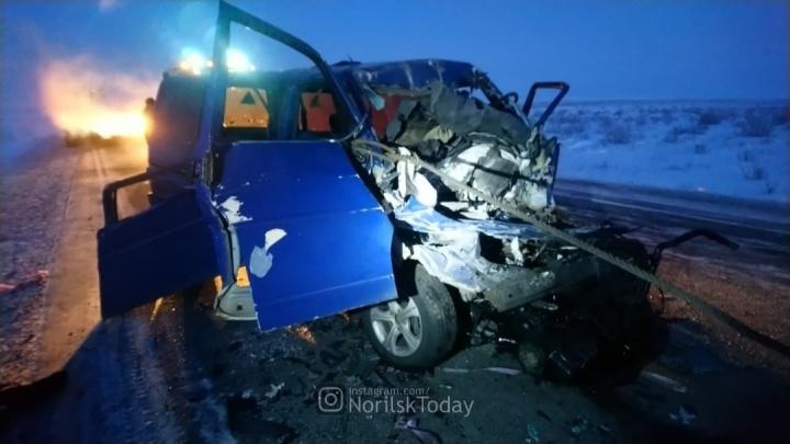 В Норильске микроавтобус, полный детей, столкнулся с грузовиком. Два человека погибли