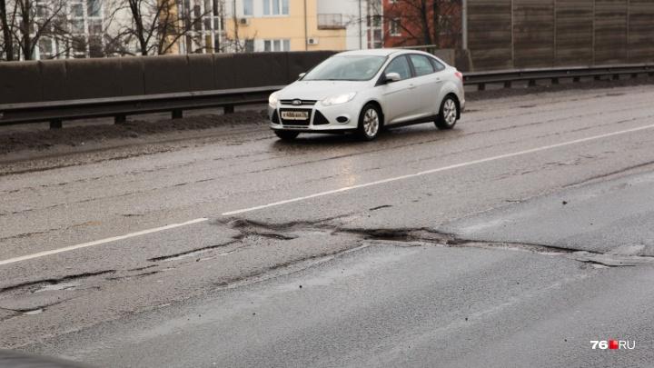 «Заделают литым асфальтом»: когда в Ярославле рабочие перекроют Октябрьский мост для ремонта