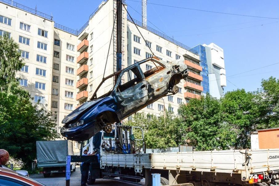 Брошенный и разукомплектованный автомобиль могут эвакуировать на стоянку, где он проведет несколько месяцев (не бесплатно), а если владелец не явится — будет продан с аукциона